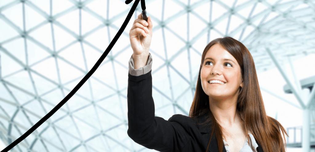 vrouw tekent opwaartse pijl naar boven