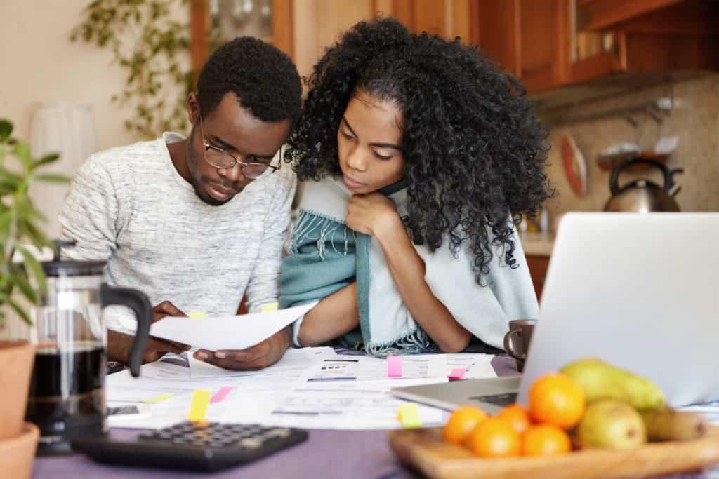 Afrikaans koppel bekijkt de rekeningen