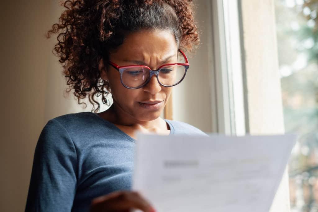 Bezorgde vrouw leest brief